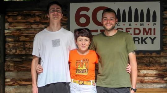 Zleva: Rudi, Blanka Nedvědická (ředitelka Geoparku Český ráj) a Leon. Foto Geopark Český ráj