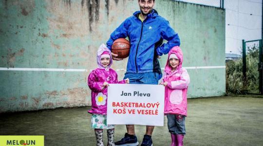 Jan Pleva: Basketbalový koš na hřišti ve Veselé. Foto: Lucie Velichová