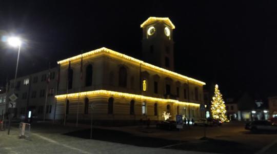 Mnichovo Hradiště, náměstí – vánočně vyzdobená radnice a rozsvícený strom, 30. 11. 2020, foto: Petr Novák