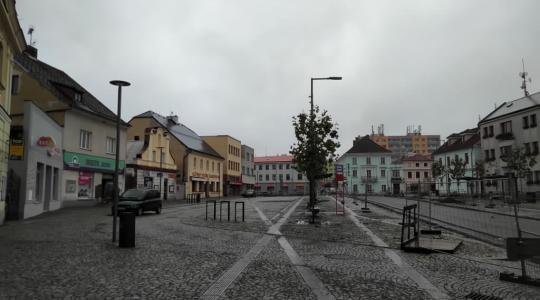 Parkoviště před hostincem U Karlových Varů bude týden uzavřeno. Ilustrační foto (stav v listopadu 2020): Petr Novák