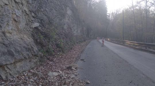 Sesuv kamení a půdy na silnici II/277 za Mohelnicí nad Jizerou směrem na Podhoru, stav 28. 4. 2021. Foto: obec Mohelnice n. J.