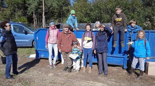 Dobrovolníci vyrazili na úklid lesa u Vlčího Pole. Foto: ČSOP Klenice
